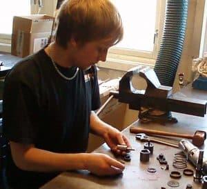 Marcus reparerar en Desouttermotor
